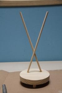 Peana de madera para muñecasgorro de Sam, mi Muñequita de Invierno